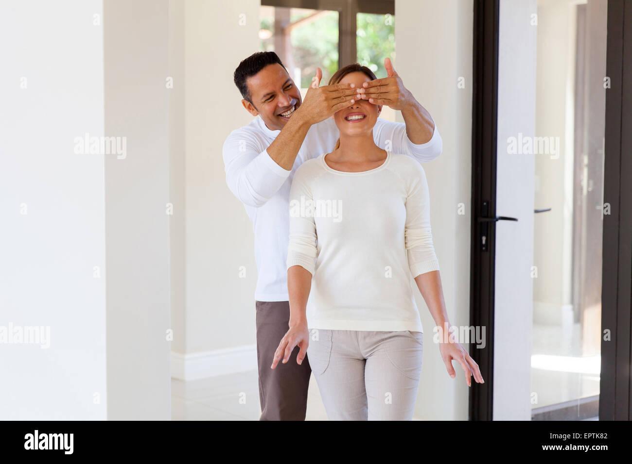 Ritratto di uomo sorpresa la moglie con la nuova casa Immagini Stock