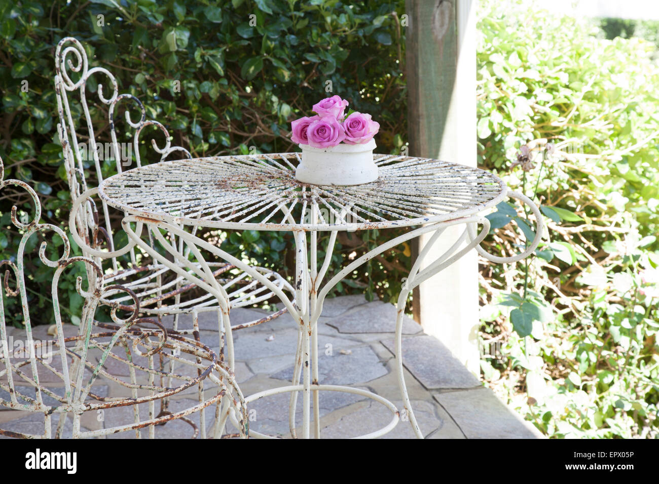 Tavolo In Ferro Battuto Per Esterno : Bianco in ferro battuto per esterno tavolo e sedie sul patio con