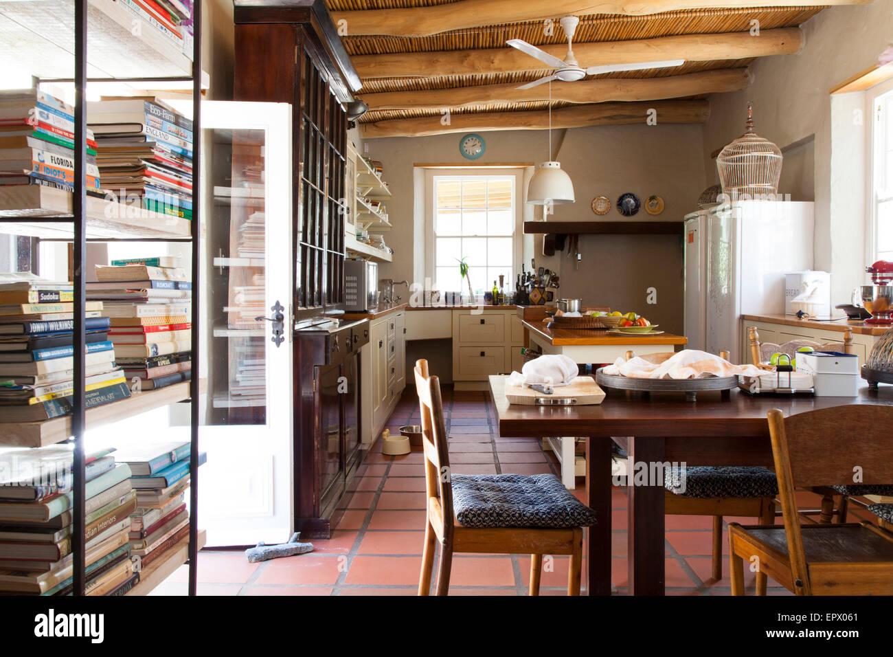 Agriturismo cucina di stile con soffitto con travi a vista for Soffitto travi a vista bianco
