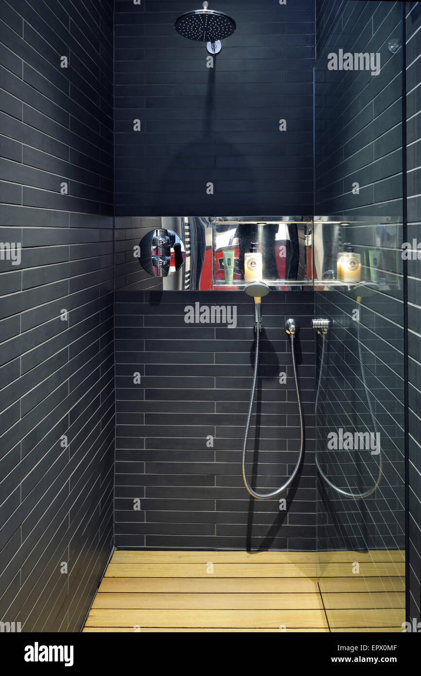 Camera da letto matrimoniale bagno con doccia, inferiore al piano ...