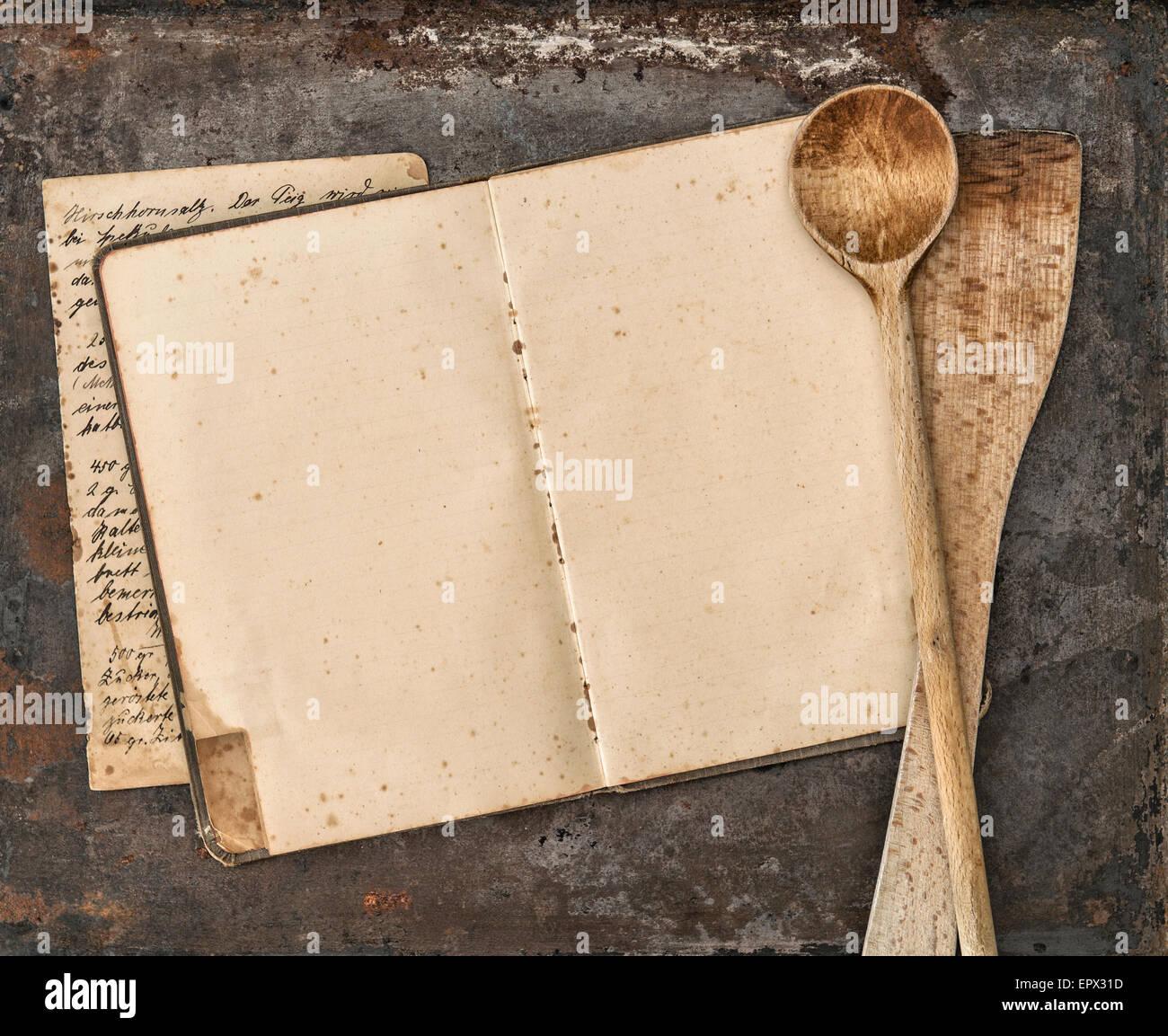 Vintage ricetta manoscritta prenota e vecchi utensili da cucina in ...