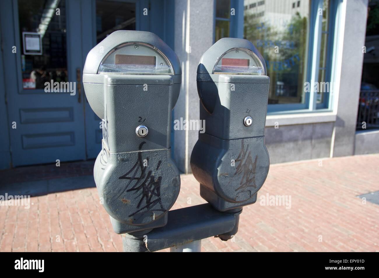 Parcheggio metri con avvertenza a Boston, Massachuetts Immagini Stock