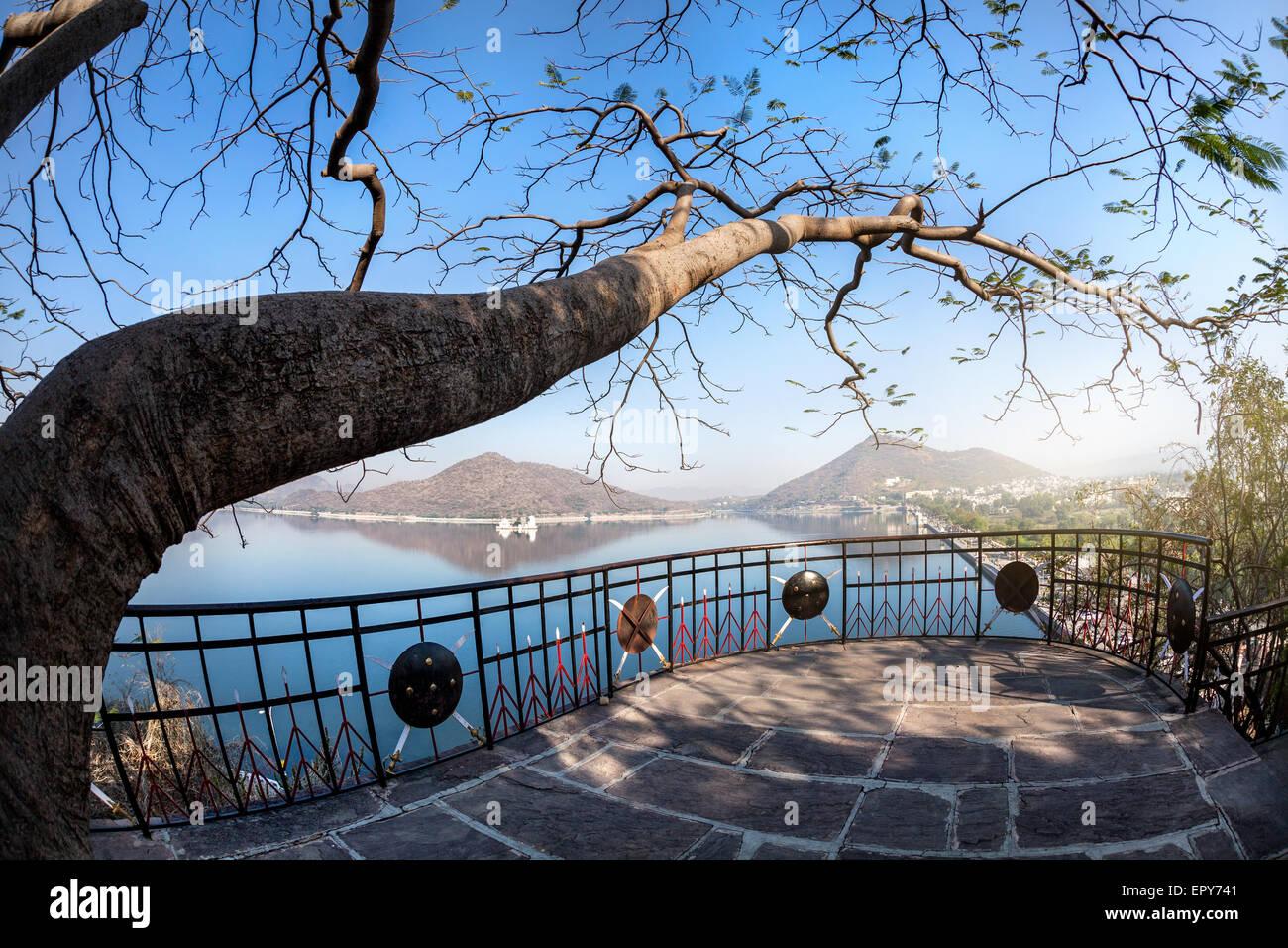 Fateh Sagar lake e Udaipur città vista da Nehru park nel Rajasthan, India Immagini Stock