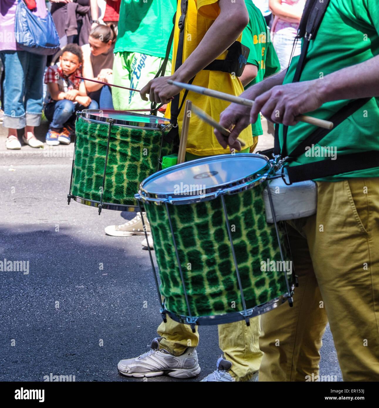 Kreuzberg di Berlino, Germania, 24 maggio 2015. I percussionisti in giallo e oro abbigliamento intrattenere la folla Immagini Stock