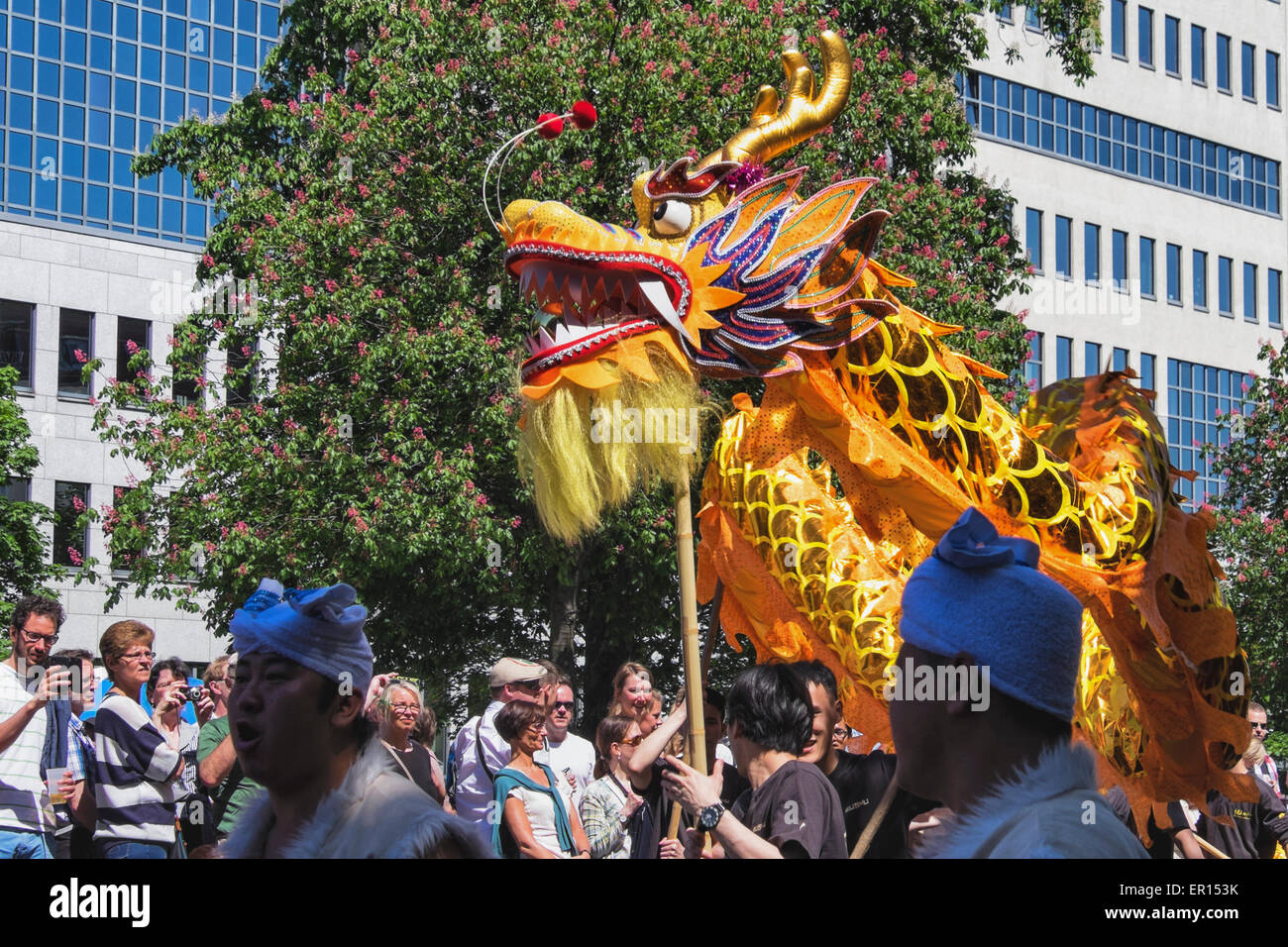 Kreuzberg di Berlino, Germania, 24 maggio 2015. La folla guarda il drago cinese come Berlino celebra la sua diversità Immagini Stock