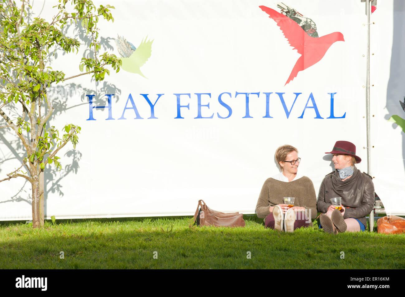 Hay-on-Wye, Powys, Regno Unito. Il 24 maggio 2015. I frequentatori del festival di rilassarvi la sera il sole. Credito: Immagini Stock