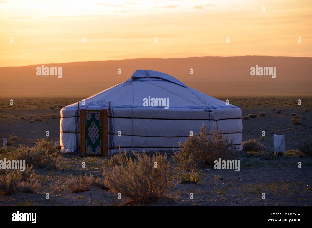 Yurta nel deserto del Gobi vicino al Khongoryn dune di sabbia, Omnogovi provincia, Mongolia meridionale. Foto Stock