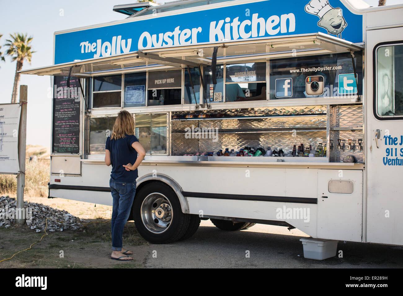 Il Jolly Oyster carrello alimentare al San Buenaventura membro spiaggia di Ventura, California. Immagini Stock