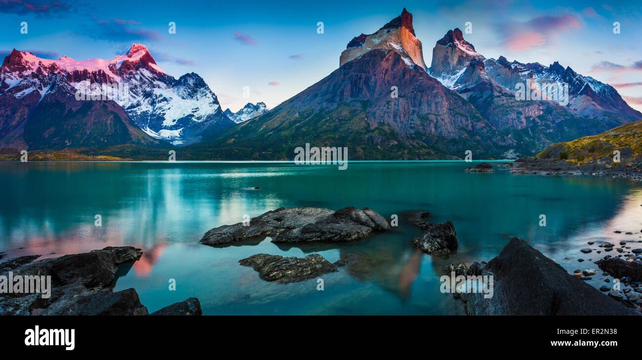 Los Cuernos che sovrasta il Lago Nordenskjold, Torres del Paine, Patagonia cilena Immagini Stock