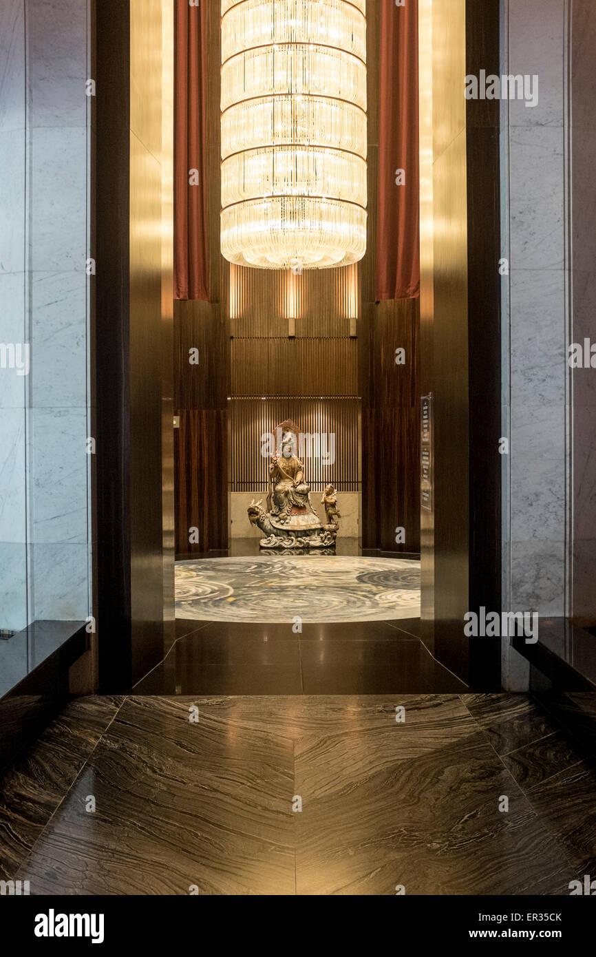 L'ascensore lobby dell' hotel Mandarin Oriental di Singapore Immagini Stock