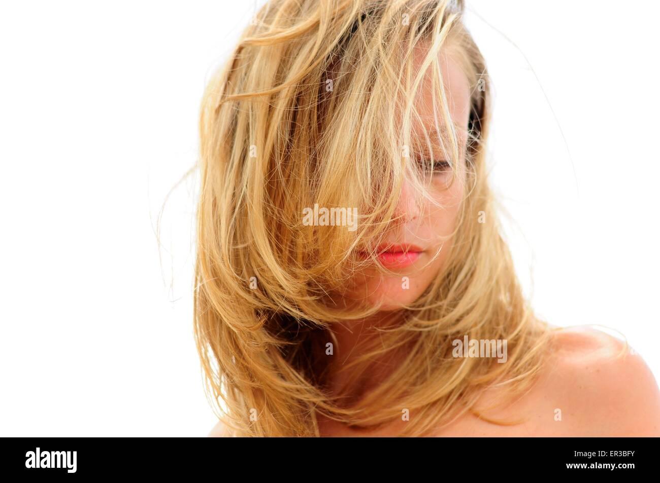 Donna con i capelli che ricopre la faccia Immagini Stock