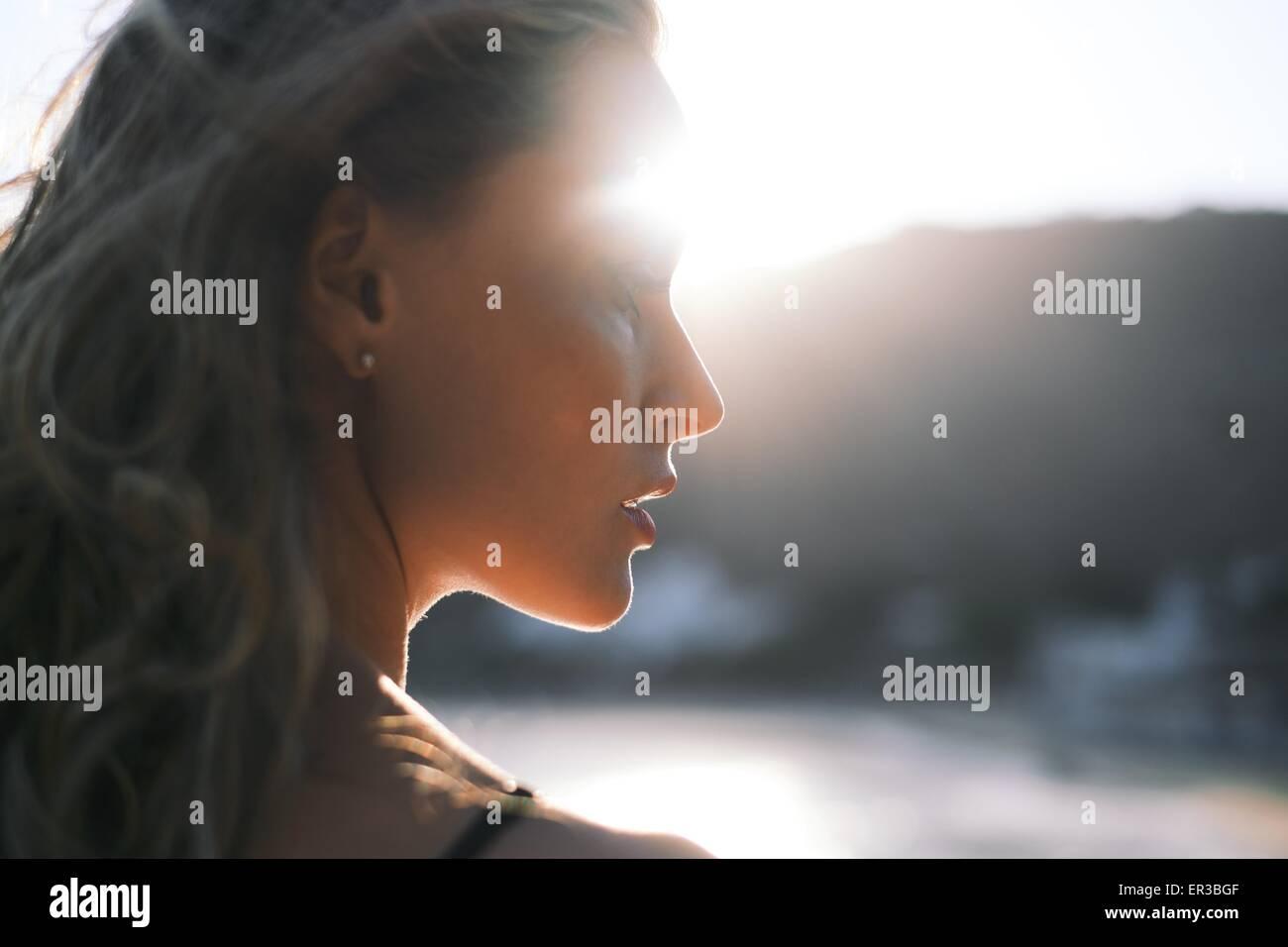 Vista laterale di una donna in spiaggia Immagini Stock