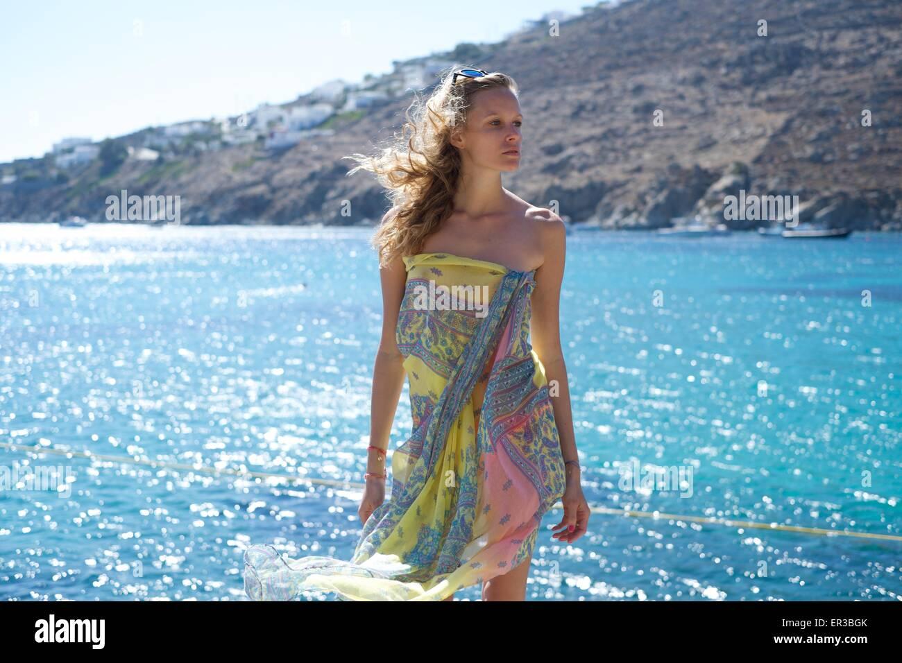 Donna che indossa un sarong in mare Immagini Stock