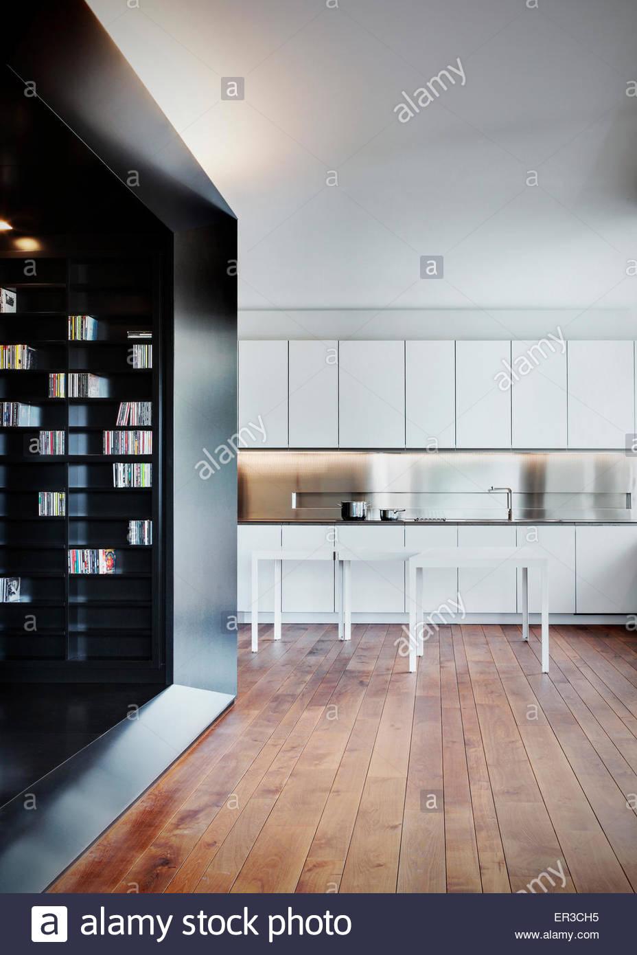 Tavolo bianco e pavimento in legno in cucina con unità montata in ...