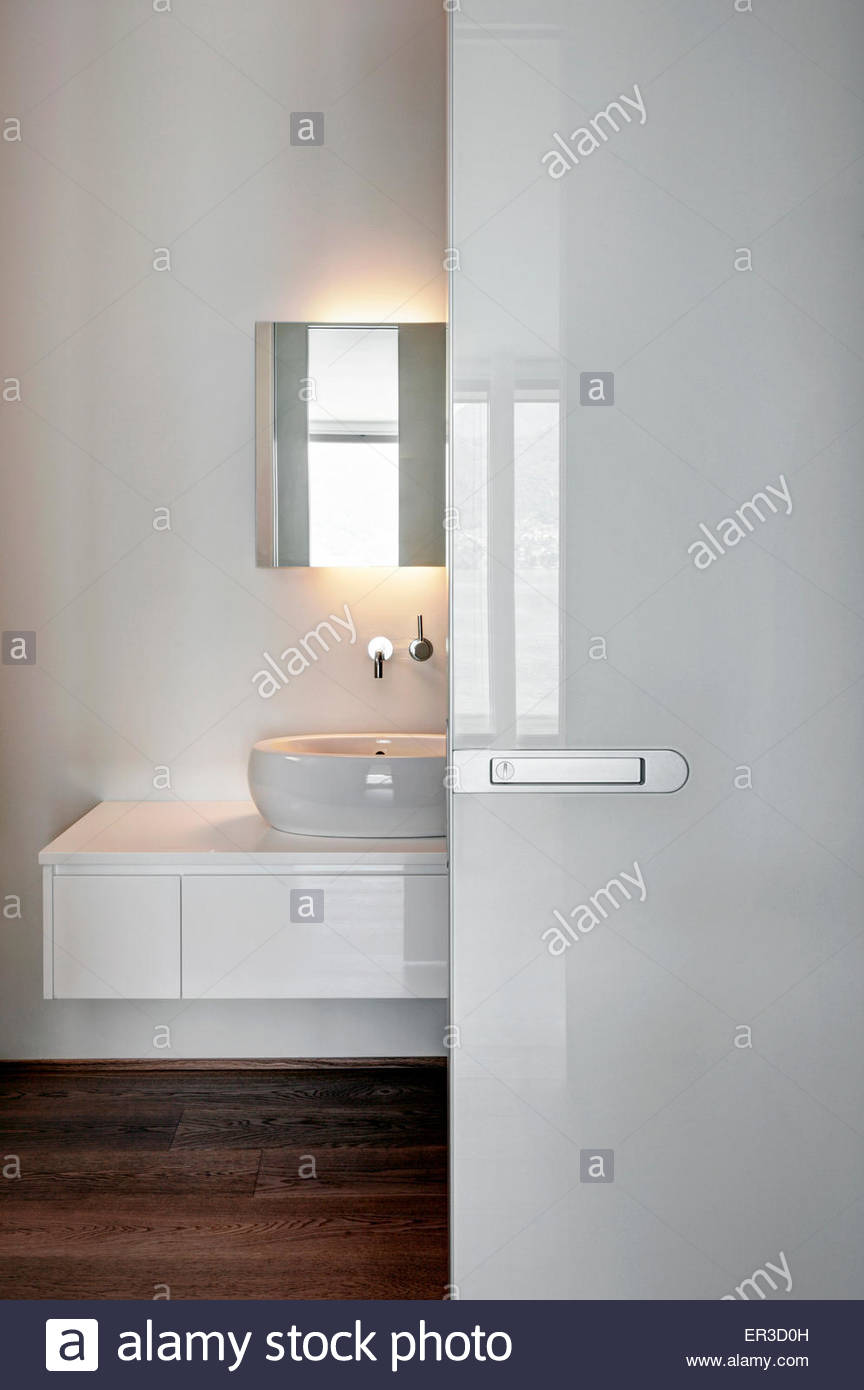 Vista Attraverso Il Bianco Della Porta Scorrevole Per Il Bagno Nella
