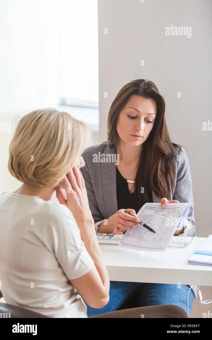 Le donne a discutere. Immagini Stock
