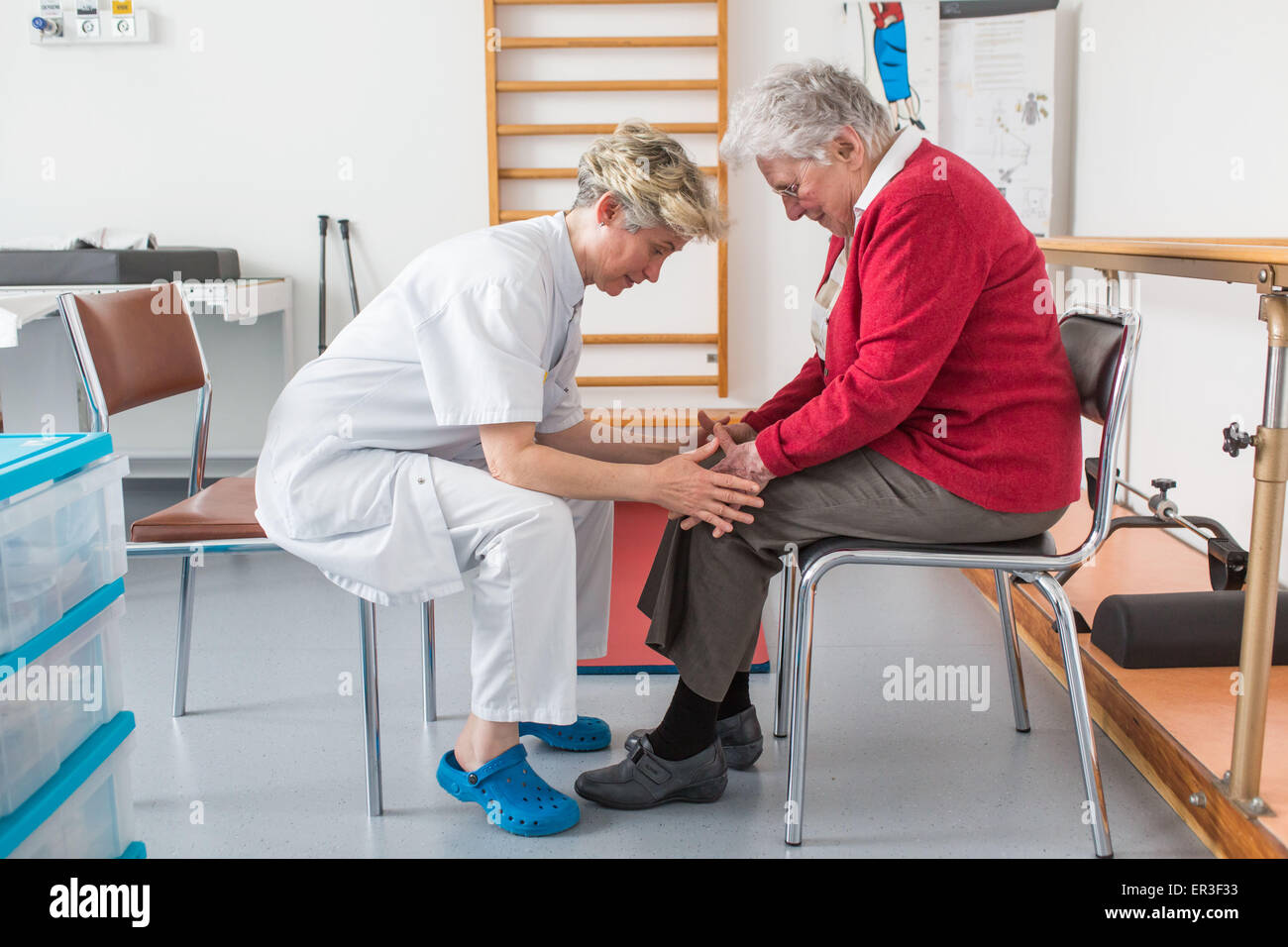L'Osteoporosi paziente raggiunto nel muscolo costruzione di sessione con un fisioterapista, ospedale di Bordeaux, Foto Stock