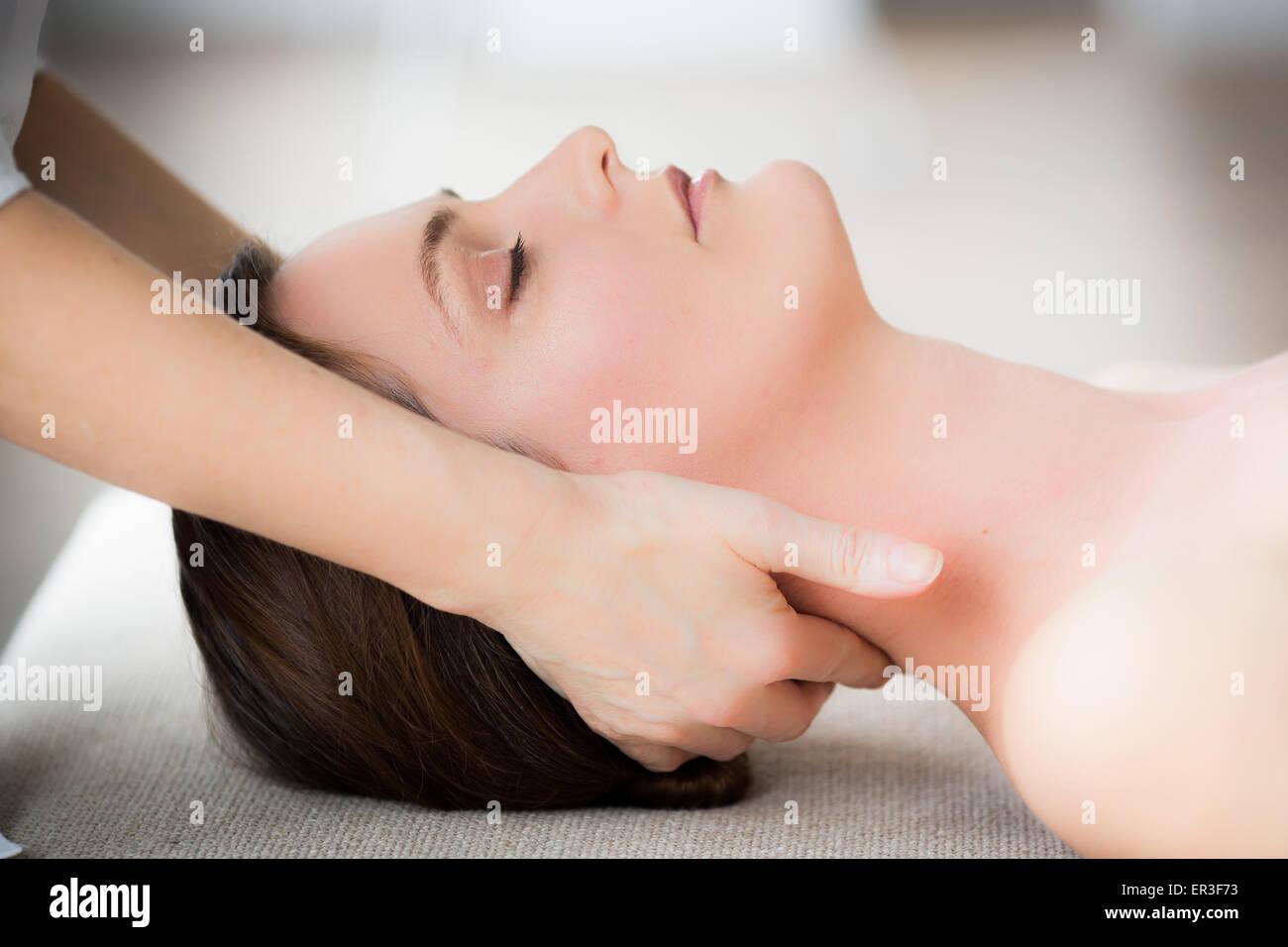 Testa di donna di essere manipolato da un fisioterapista osteopata. Immagini Stock