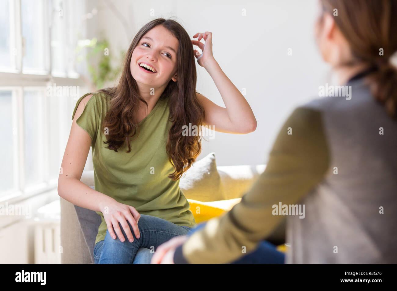 Donna discutendo con un adolescente. Immagini Stock