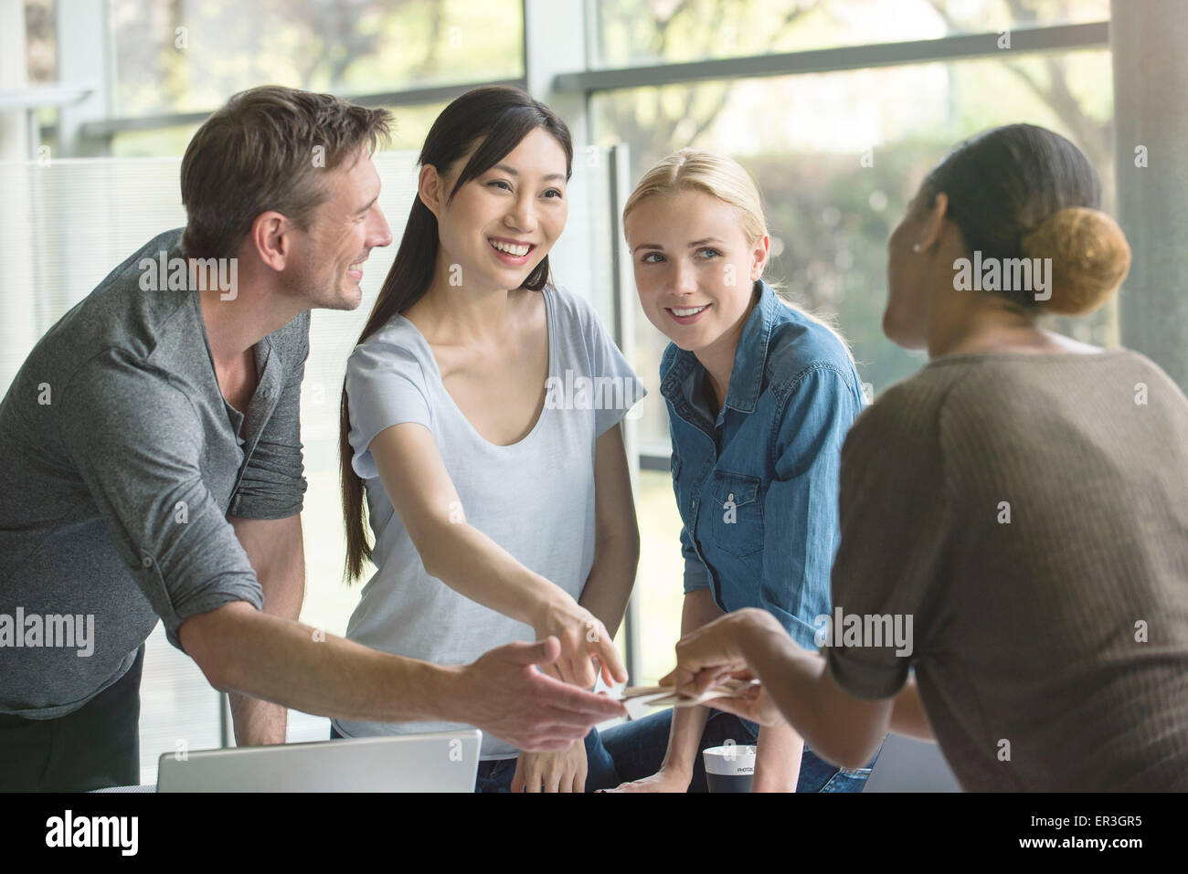 Il team di progetto che lavorano insieme Immagini Stock
