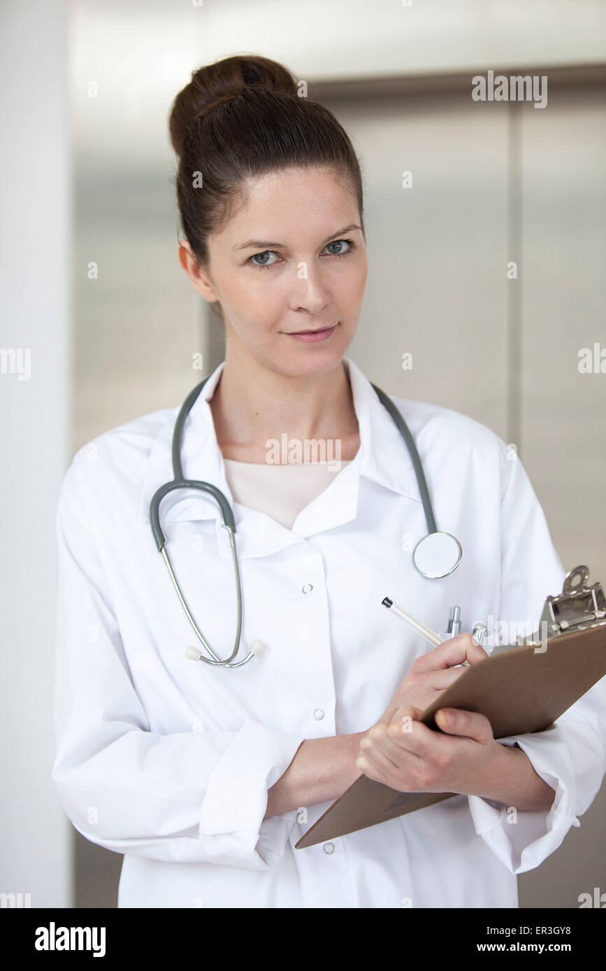 Medico iscritto sul diagramma di medici, ritratto Immagini Stock