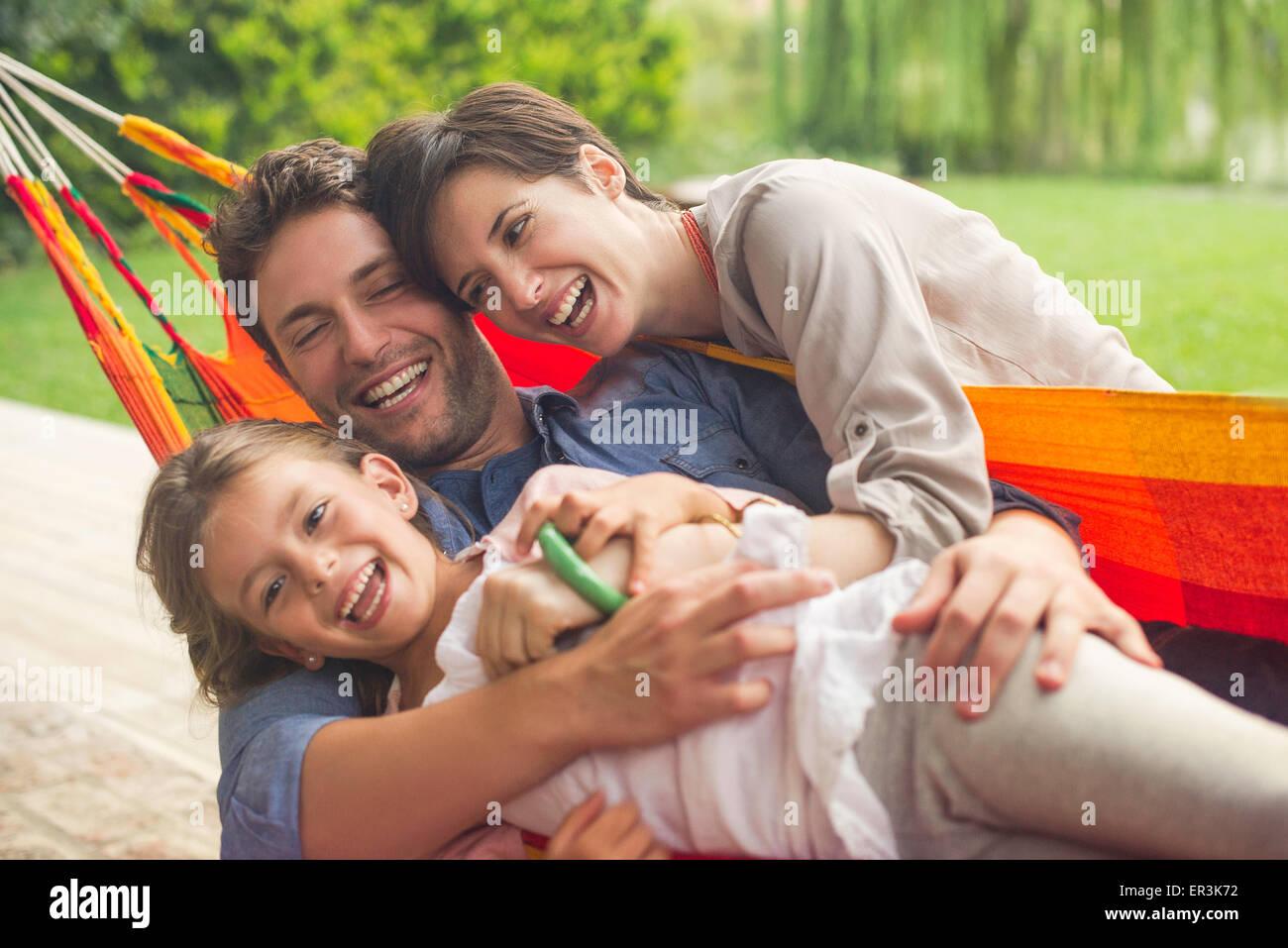 La famiglia gioca su amaca Immagini Stock