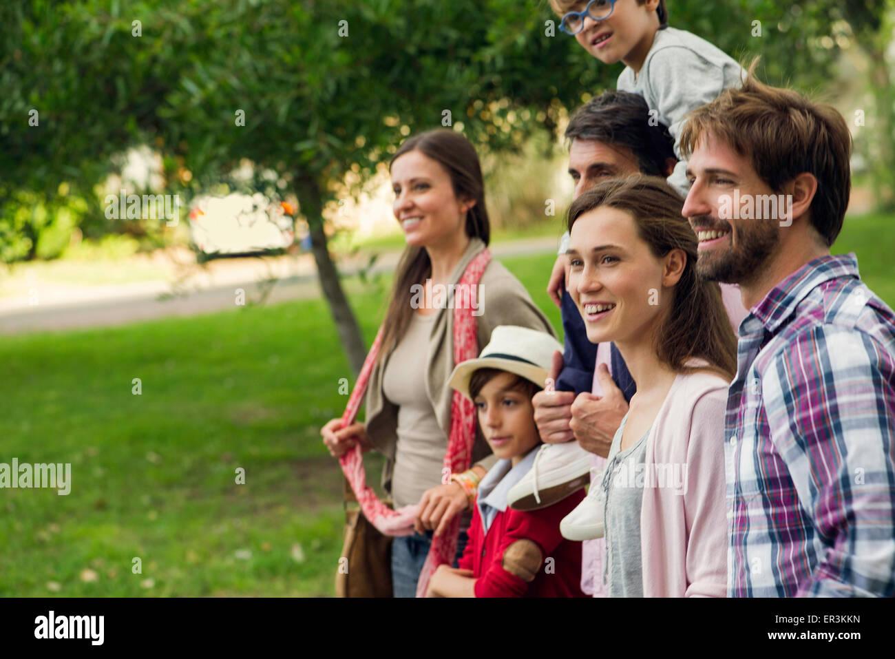 Famiglia di trascorrere del tempo insieme all'aperto Immagini Stock