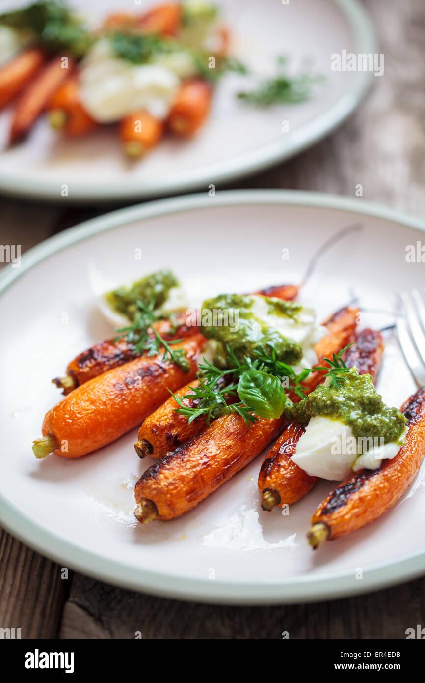 Arrosto di carote con mozzarella di bufala e pesto Immagini Stock