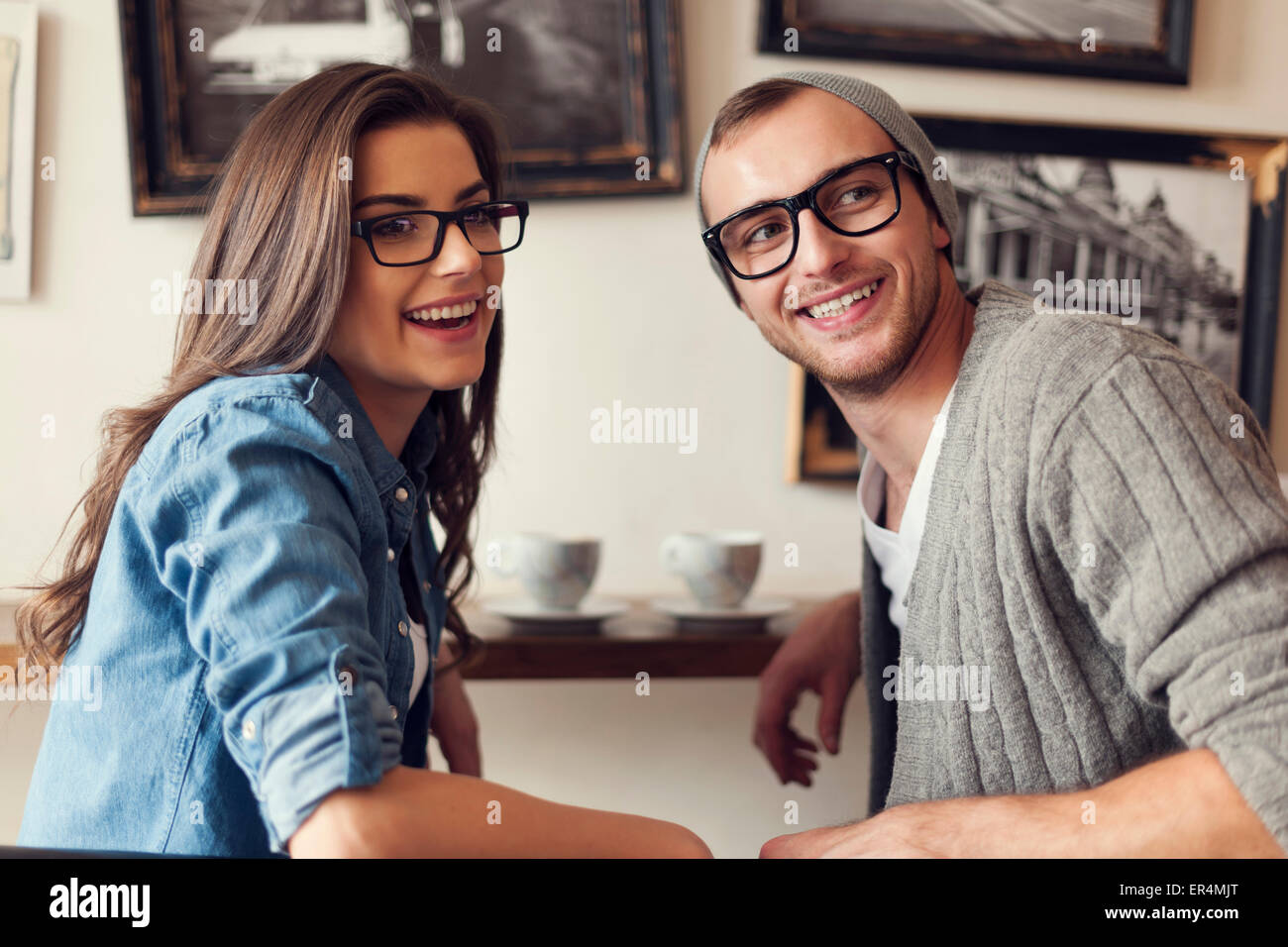 Incontro giovani amici presso il cafe. Cracovia in Polonia Immagini Stock