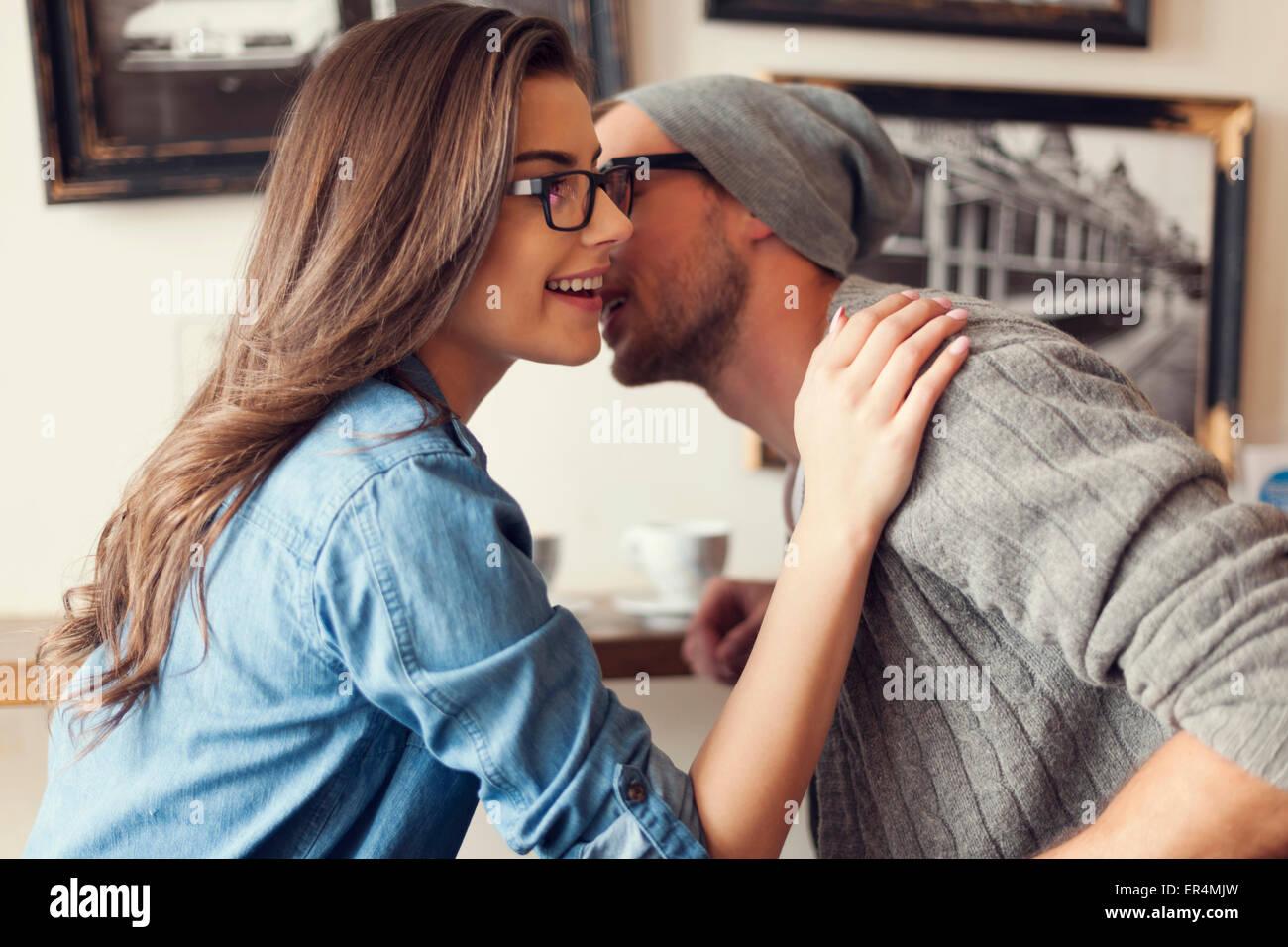 Momenti romantici per hipster giovane presso il cafe. Cracovia in Polonia Immagini Stock