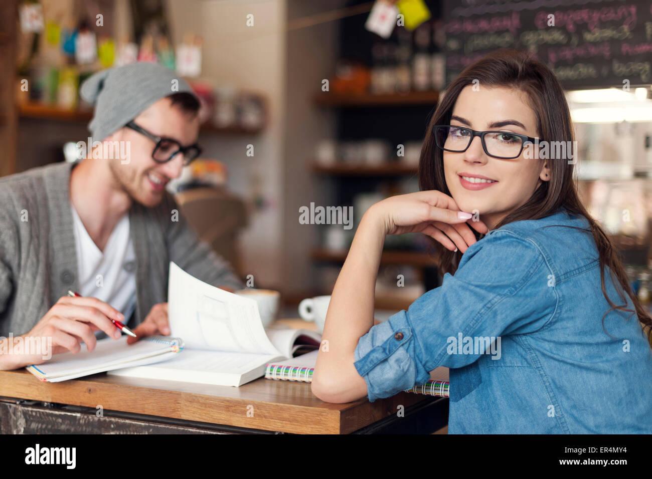 Donna elegante a studiare con il suo amico al cafe. Cracovia in Polonia Immagini Stock