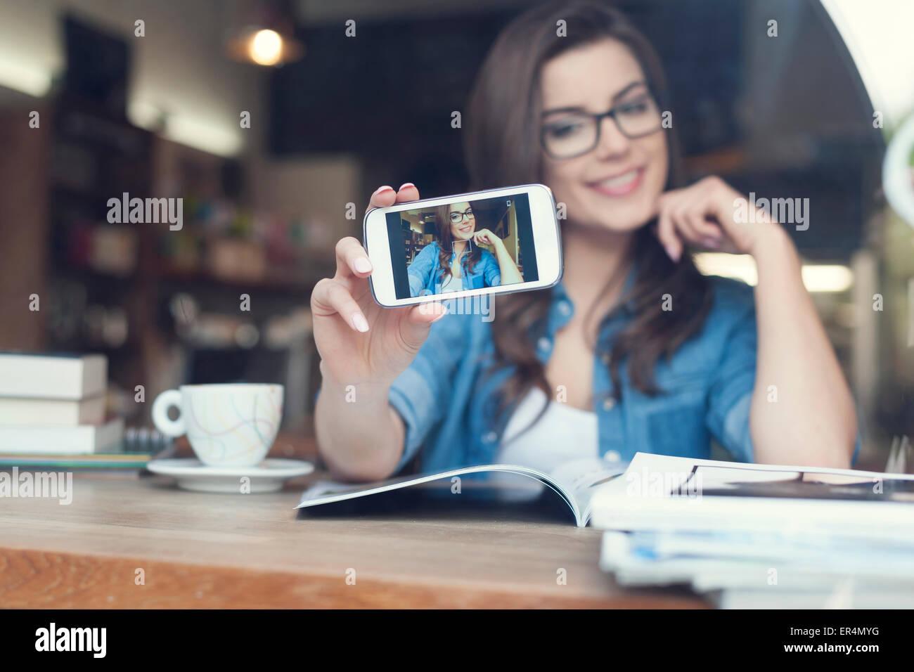 Donna attraente tenendo ritratto di auto dal telefono cellulare. Cracovia in Polonia Immagini Stock