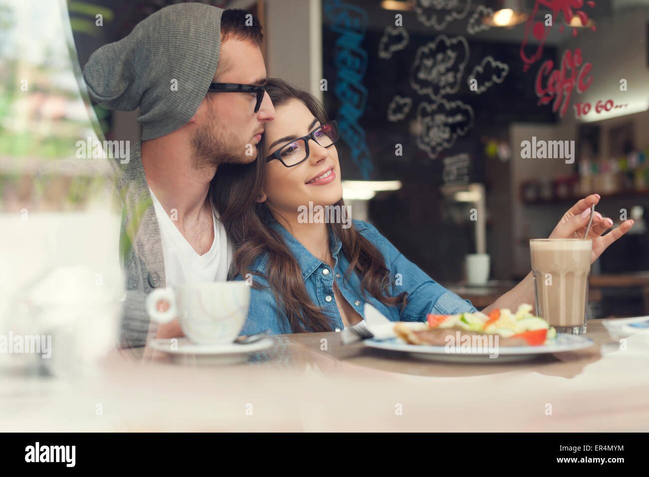 Tempo romantica di amare giovane presso il cafe. Cracovia in Polonia Immagini Stock