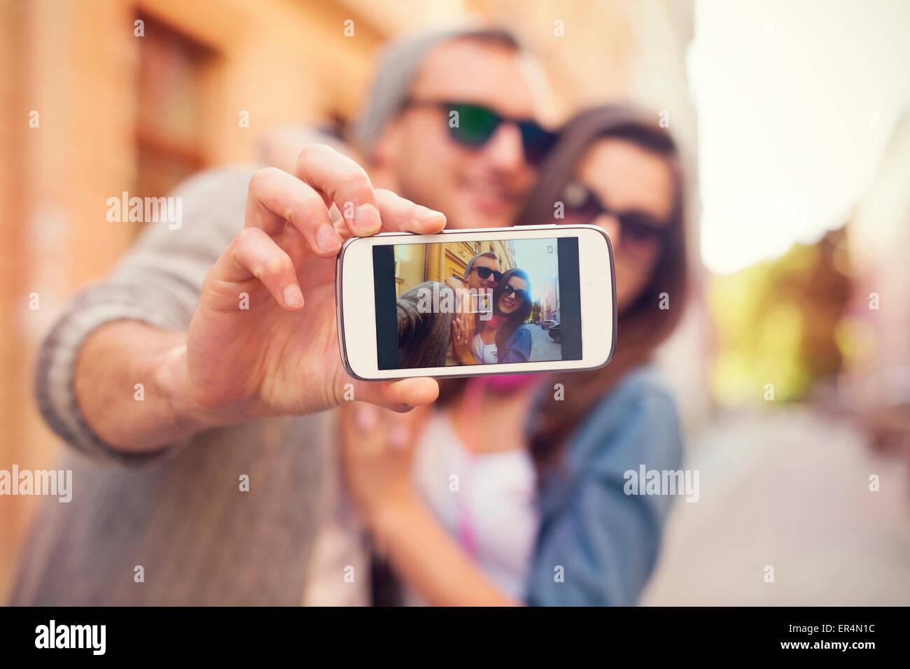 Coppia giovane tenendo selfie nella città. Cracovia in Polonia Immagini Stock