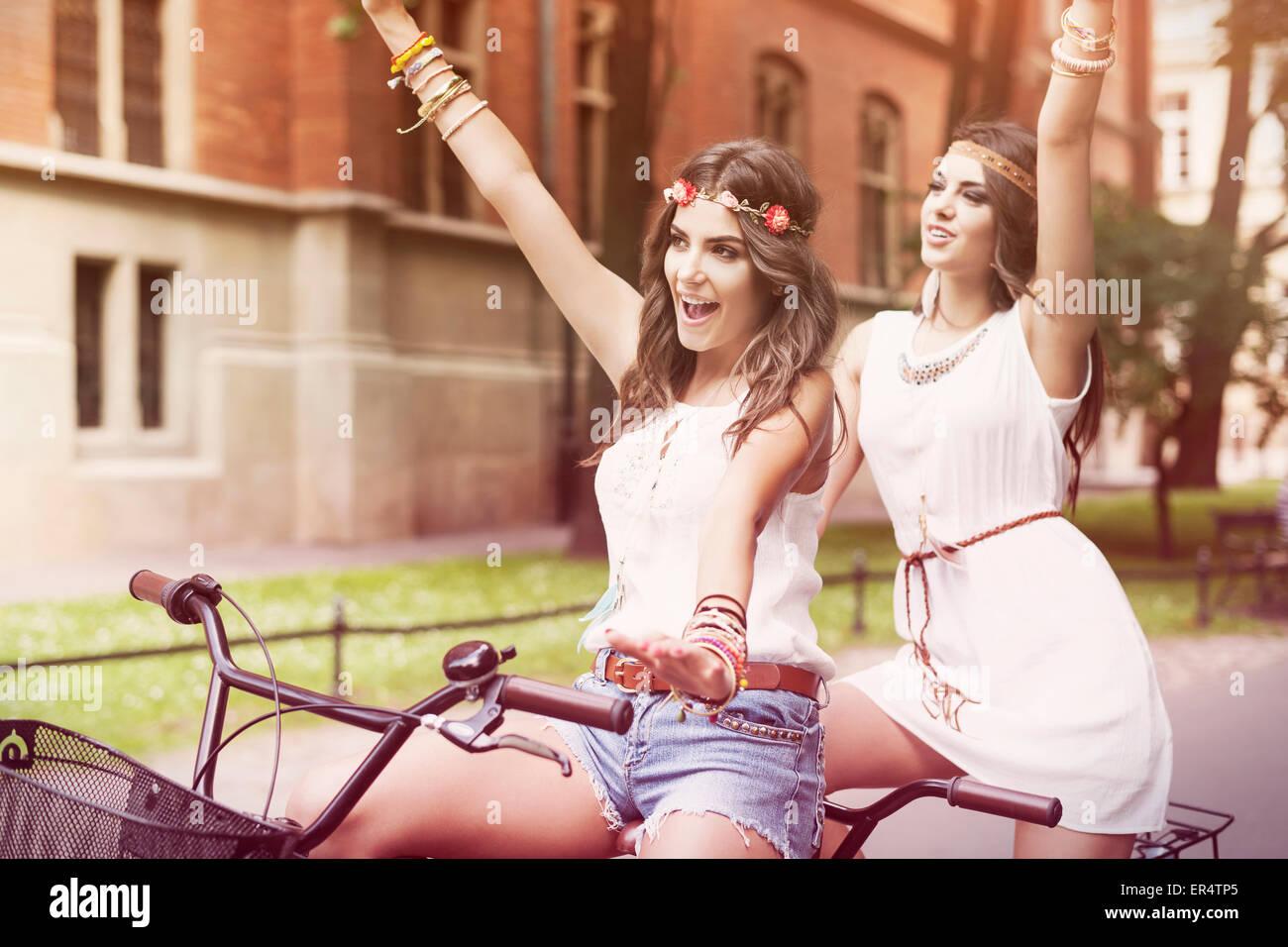 Il periodo estivo è in aria per ragazze boho. Cracovia in Polonia Immagini Stock
