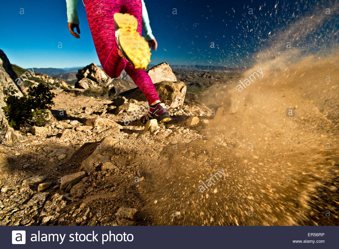 Una bambina corre sulla Pacific Crest Trail in California. Immagini Stock