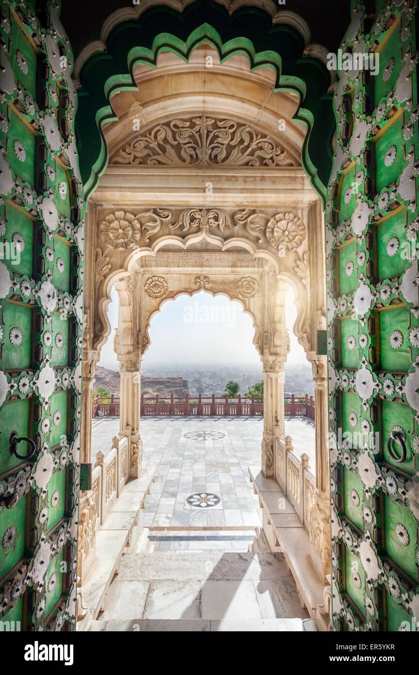 Jaswant Thada memorial con apertura porta verde con vista della città di Jodhpur in Rajasthan, India Immagini Stock