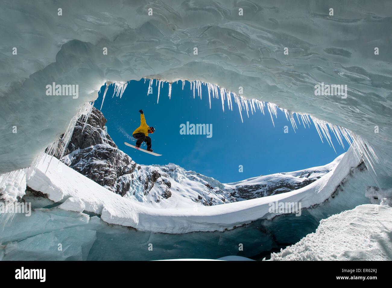 Snowboard nella caverna di ghiaccio, Val Roseg, Pontresina, nel canton Grigioni, Svizzera Immagini Stock