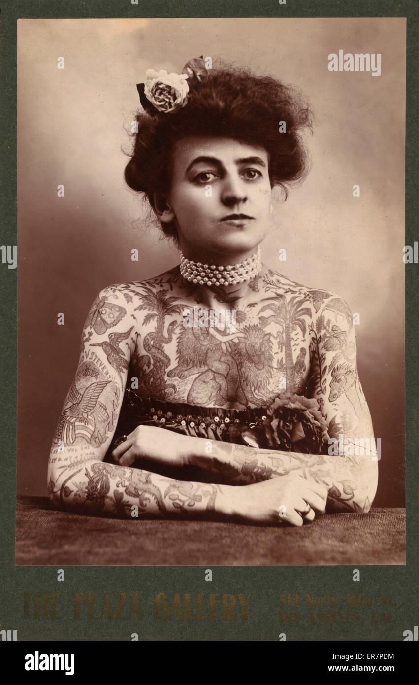 Ritratto di una donna che mostra le immagini tatuati o dipinto sul suo corpo superiore. La fotografia mostra una Immagini Stock