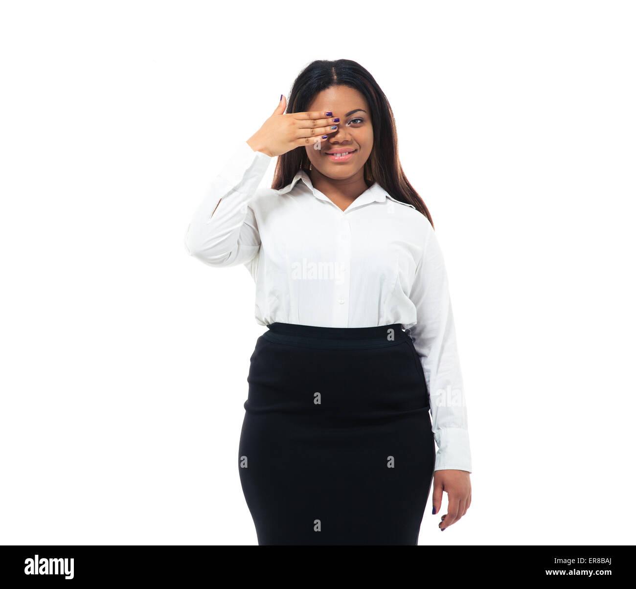 Afro American imprenditrice che copre un occhio con la mano isolata su uno sfondo bianco. Guardando la fotocamera Foto Stock