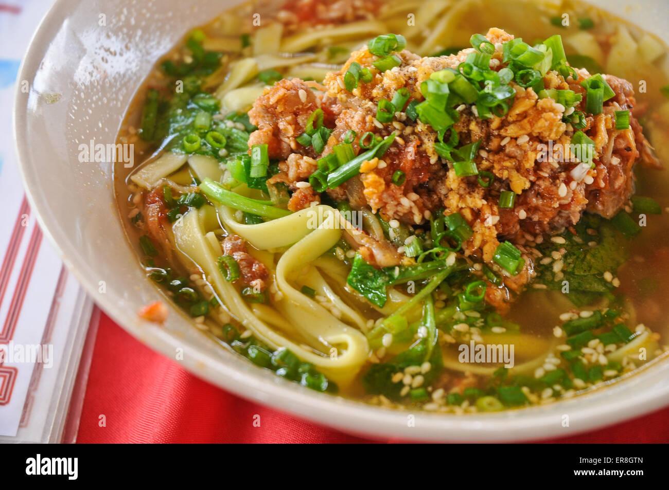 Carni macinate a base di erbe e spezie a base di noodle zuppa calda in stile orientale Foto Stock