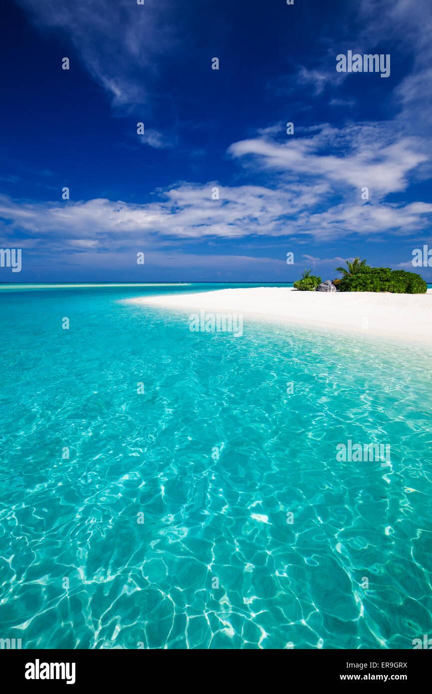 La più straordinaria spiaggia su un isola tropicale con una roccia Immagini Stock