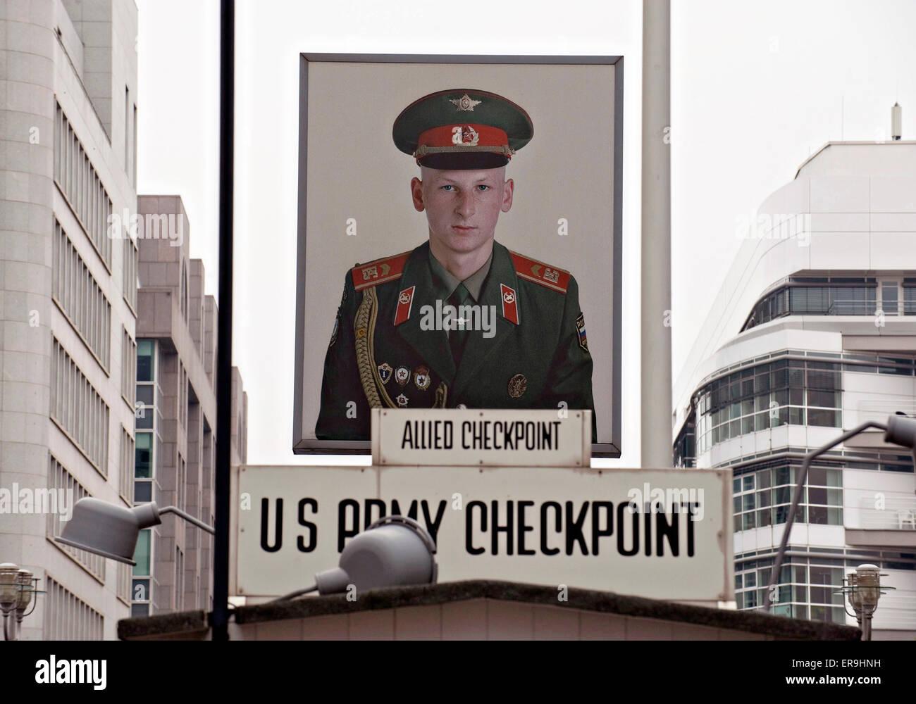 Artista Frank Thiel light-box di un giovane soldato sovietico è appeso sopra il primo Check Point Charlie per Immagini Stock