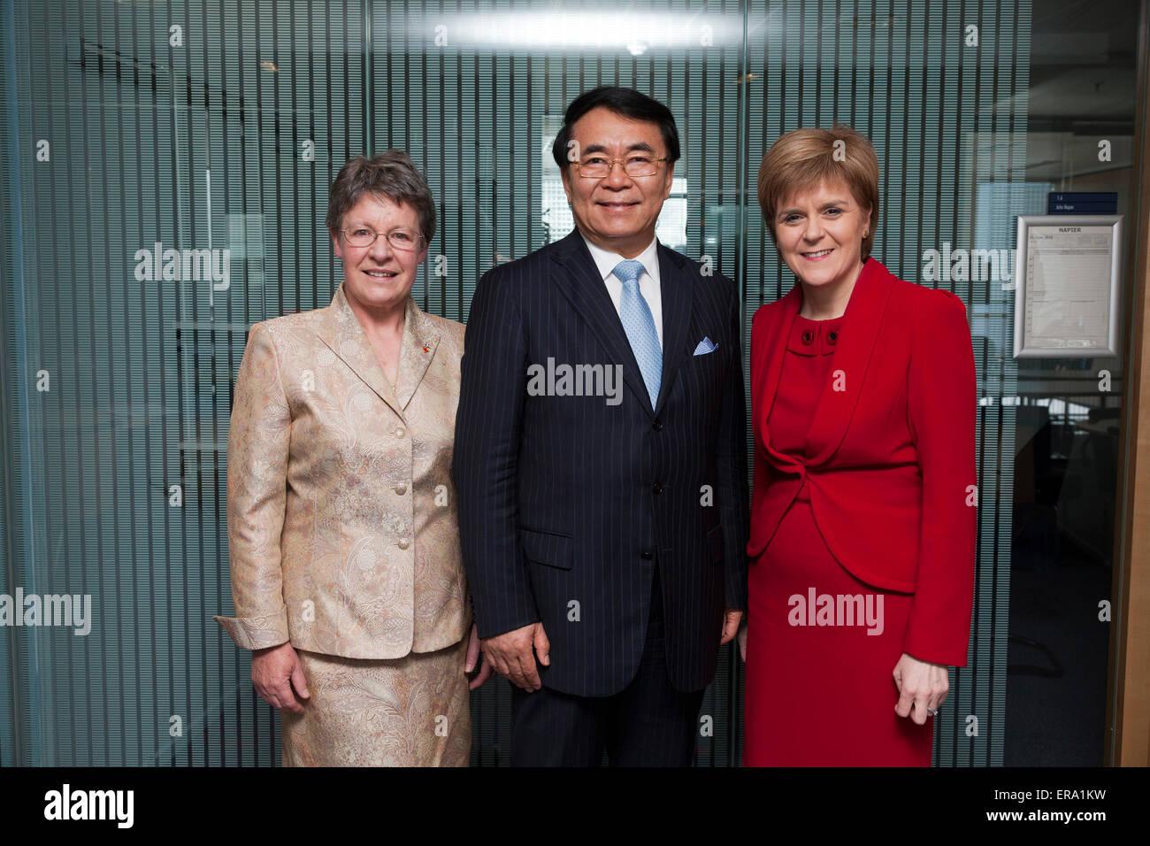 Glasgow, Scotland, Regno Unito. 29 Maggio, 2015. Del primo ministro di Scozia, Nicola Storione MSP (a destra), è raffigurato con il presidente dell'Accademia cinese delle scienze, professor Chunli Bai (centro) e Presidente della Royal Society of Edinburgh, Dame Jocelyn Bell Burnell (sinistra), in occasione del Professor Bai in visita in Scozia durante il quale egli è stato iscritto come membro onorario della Royal Society of Edinburgh. Credito: GARY DOAK/Alamy Live News Foto Stock