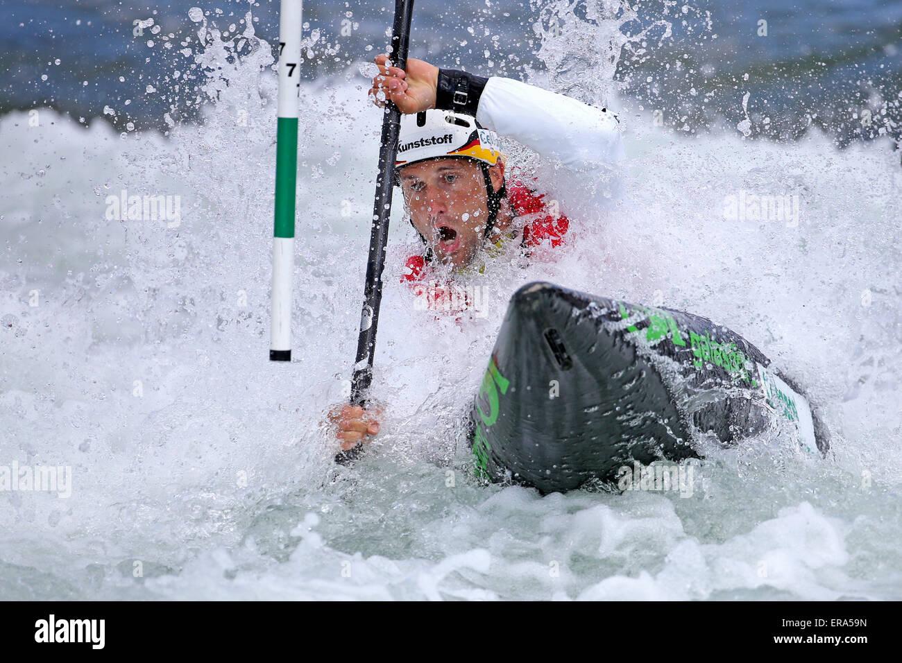 Markkleeberg, Germania. Il 30 maggio 2015. Alexander Grimm della Germania in azione durante la semi finale in kayak Immagini Stock