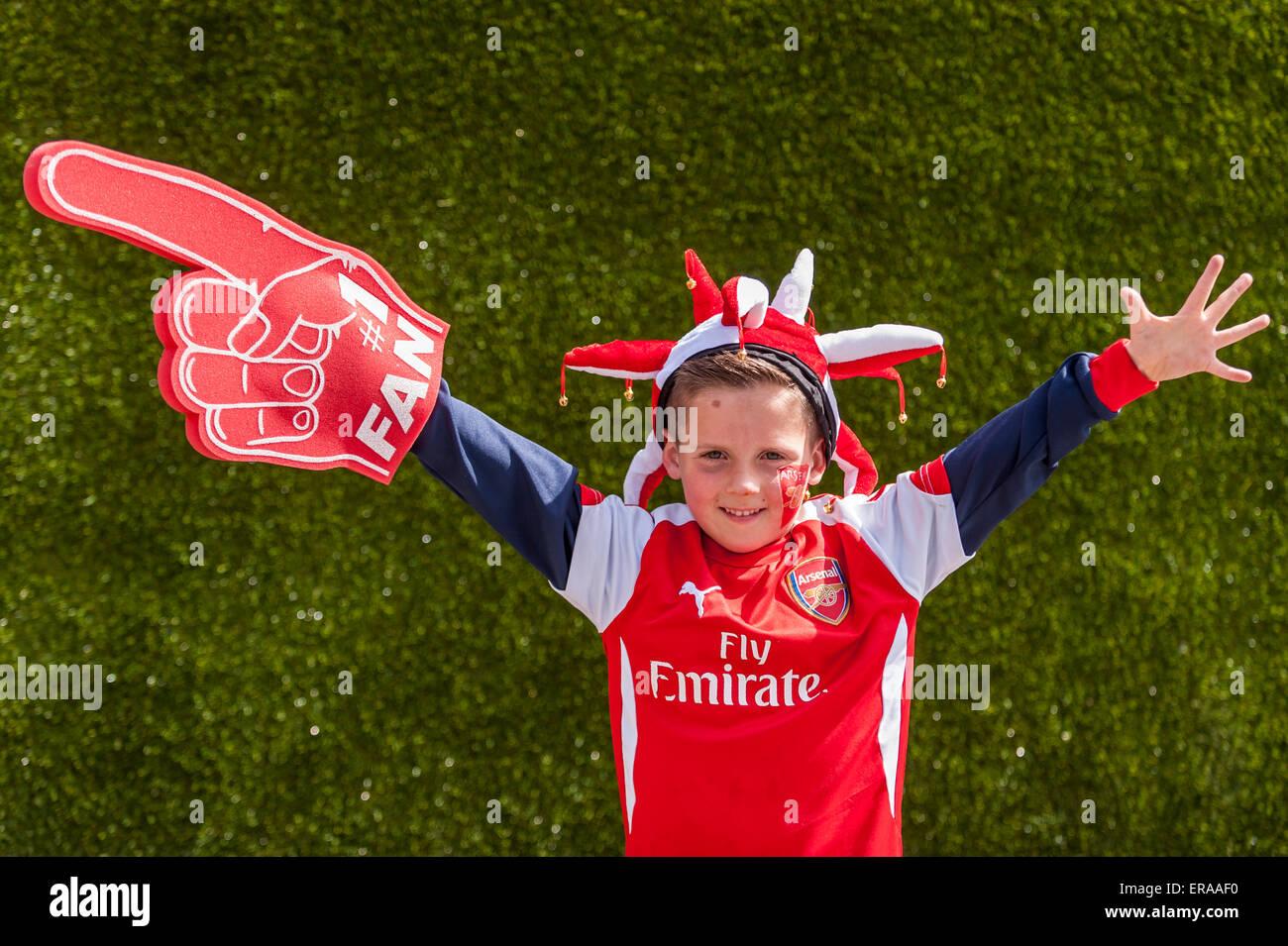 Londra, Regno Unito. Il 30 maggio 2015. Un giovane Arsenal sostenitore onde, come i fan di raccogliere al Wembley Immagini Stock