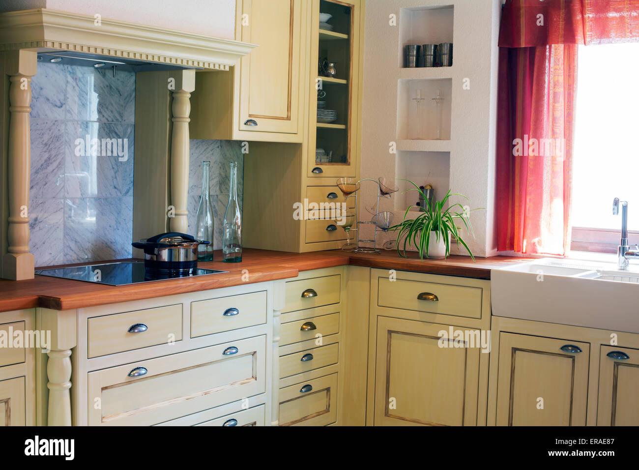 Cucina di paese in legno e vetro con tende rosse Foto & Immagine ...