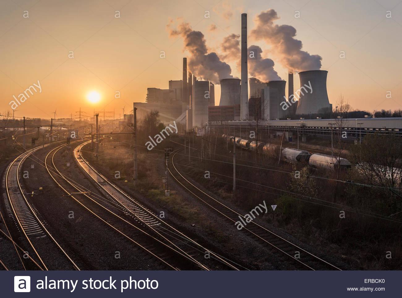 La lignite-burning power station Neurath fumo pile torri di raffreddamento economia energetica consumo inquinamento Immagini Stock