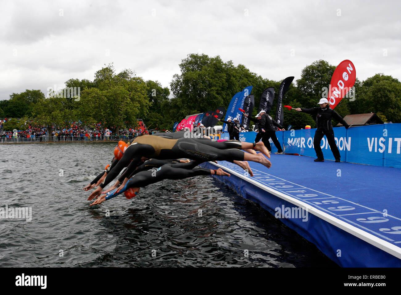 Londra, Regno Unito. 31 Maggio, 2015. Le donne entrare in acqua durante la vitalità del mondo London-Elite Immagini Stock