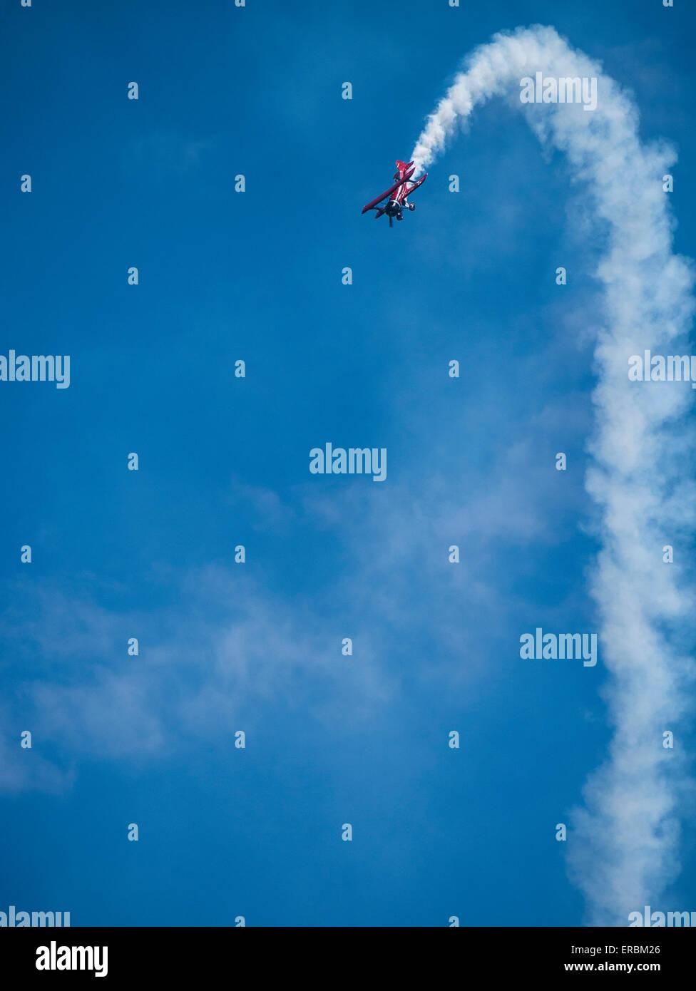 Danny Sorensen vola il suo personalizzato biplano, Rocky Mountain Air Show, Aurora serbatoio, Colorado. Immagini Stock